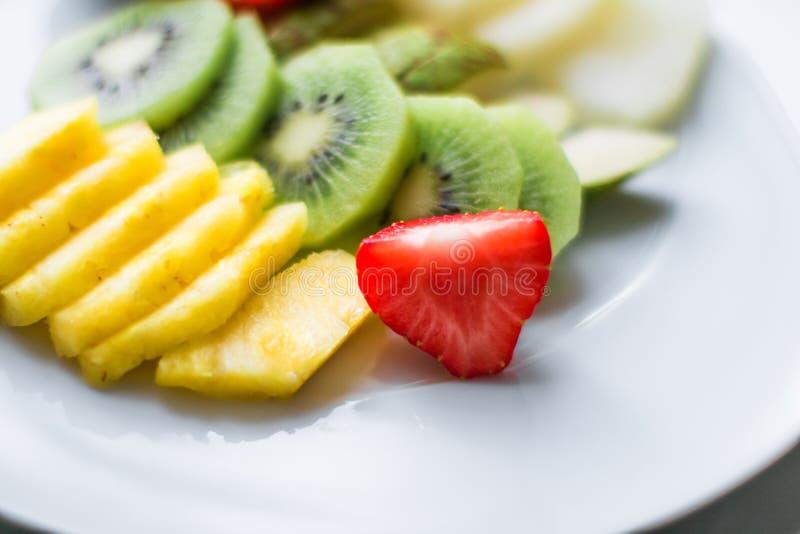 Fruchtplatte diente - frische Früchte und gesunde Ernährung angeredetes Konzept lizenzfreie stockbilder