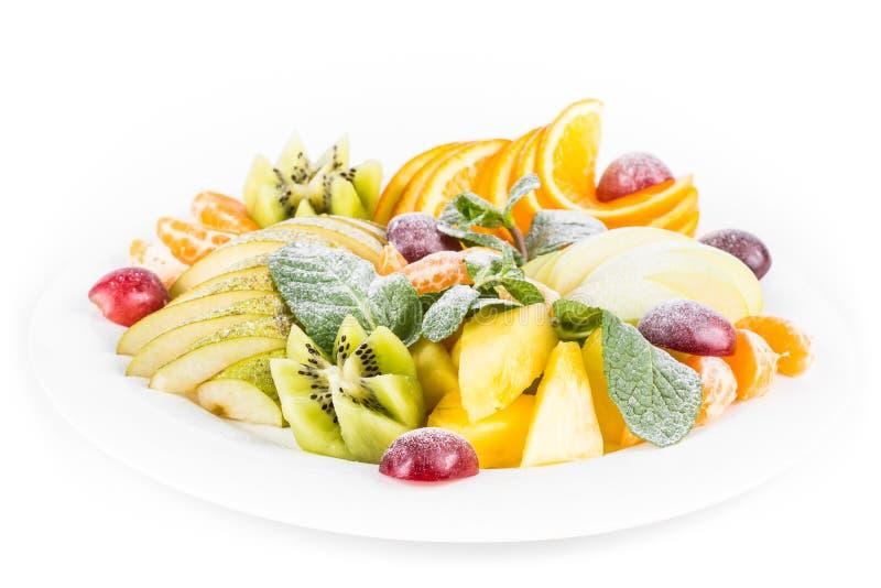 Fruchtplatte, lokalisiert Apfel, Mandarine, Kiwi, Trauben, Minze, Birne, Apfel, Ananas Fruchtsalat in der Plattennahaufnahme lizenzfreie stockfotografie