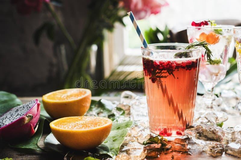 Fruchtpunschgetränkefrischecocktail stockfotos