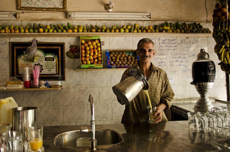 Fruchtsaftsystem in Kairo Ägypten stockbilder