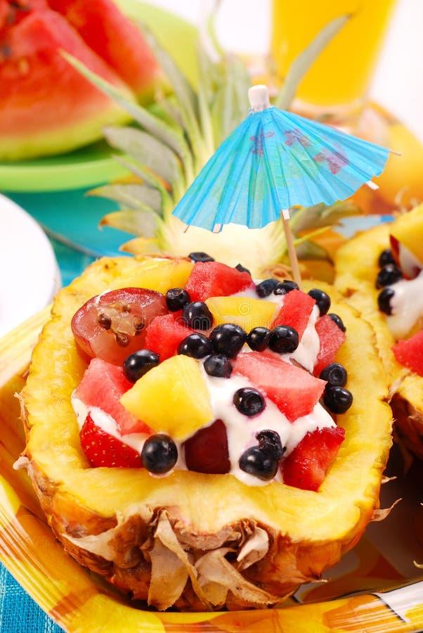 Fruchtsalat in der Ananas stockbild