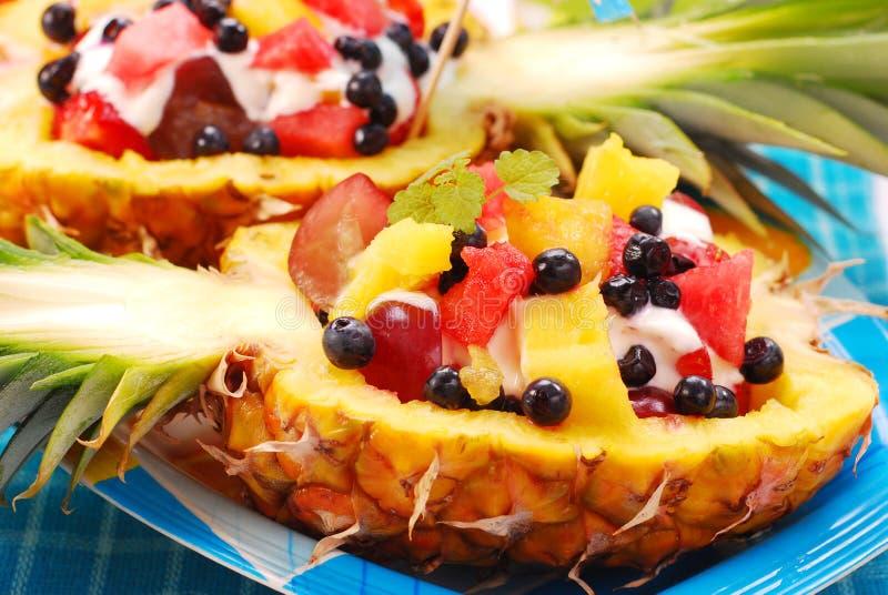 Fruchtsalat in der Ananas stockfotos