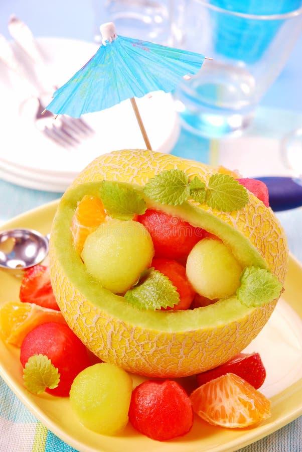 Fruchtsalat in der Melone lizenzfreies stockbild