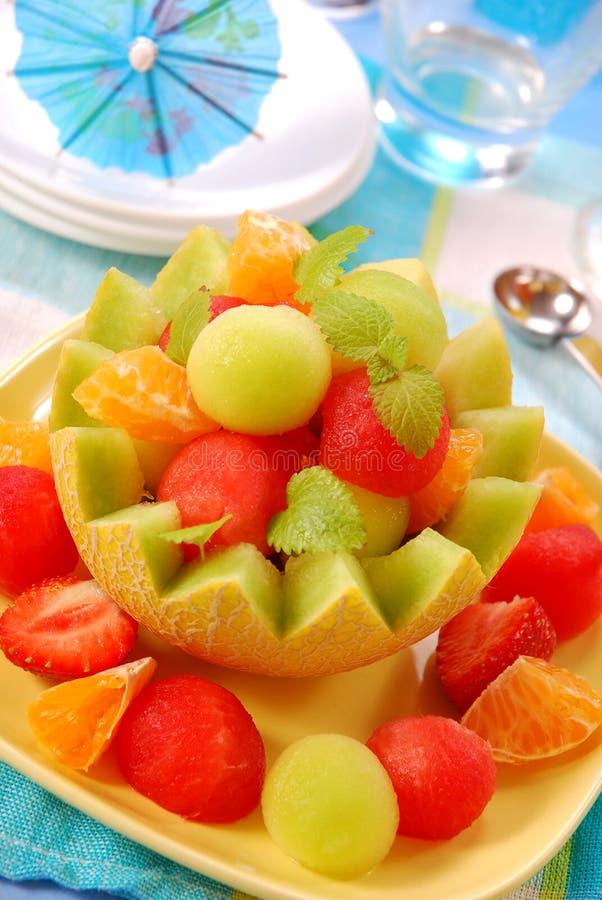 Fruchtsalat in der Meloneschüssel stockbilder