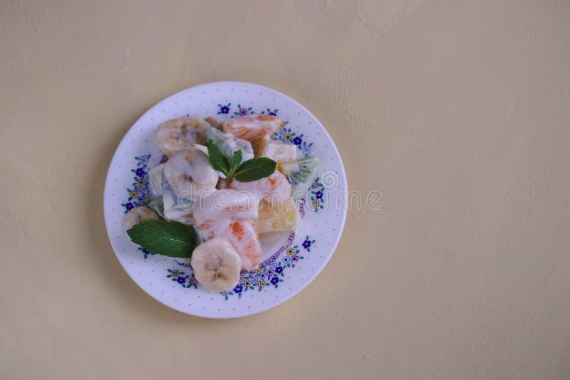 Fruchtsalat mit Eiscreme lizenzfreie stockbilder