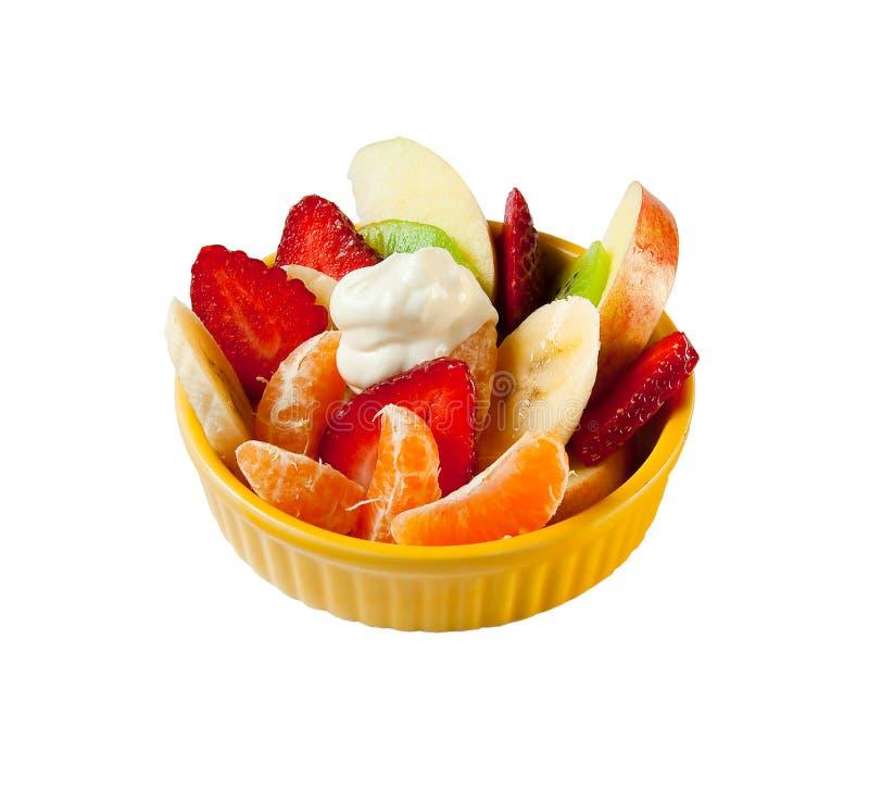 Fruchtsalat mit Joghurt in einer gelben Platte stockfotografie