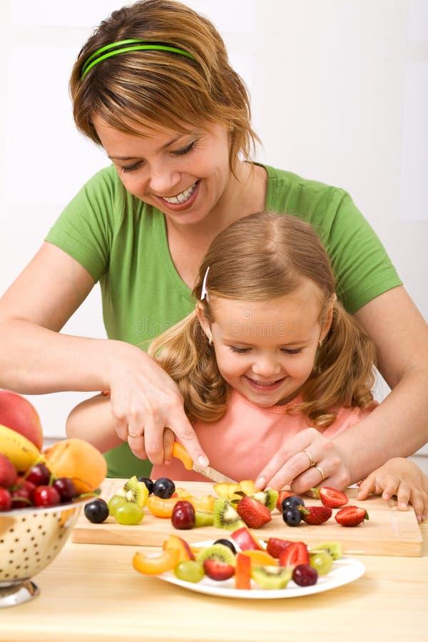 Fruchtsalat zu bilden ist und Spaß gesund lizenzfreie stockfotografie