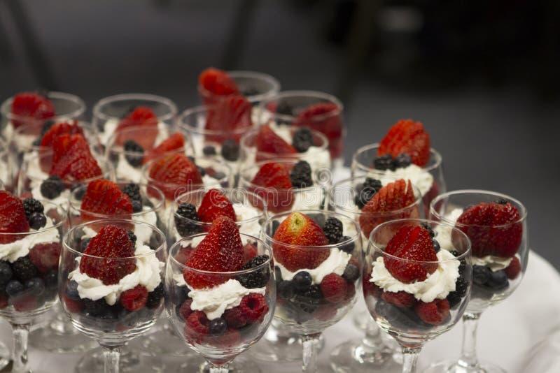 Fruchtschalen für versorgten Brunch lizenzfreies stockfoto