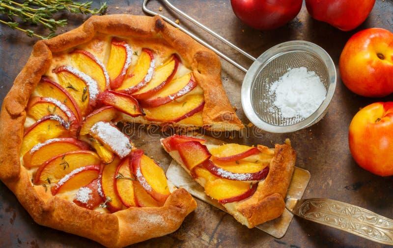 Fruchttorte mit Pfirsichen, Nektarinen, Zimt und Thymian Sommernachtisch für Feinschmecker stockbild