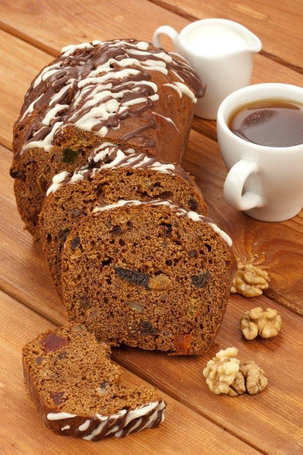 Fruicake del cacao con caffè e latte immagini stock libere da diritti