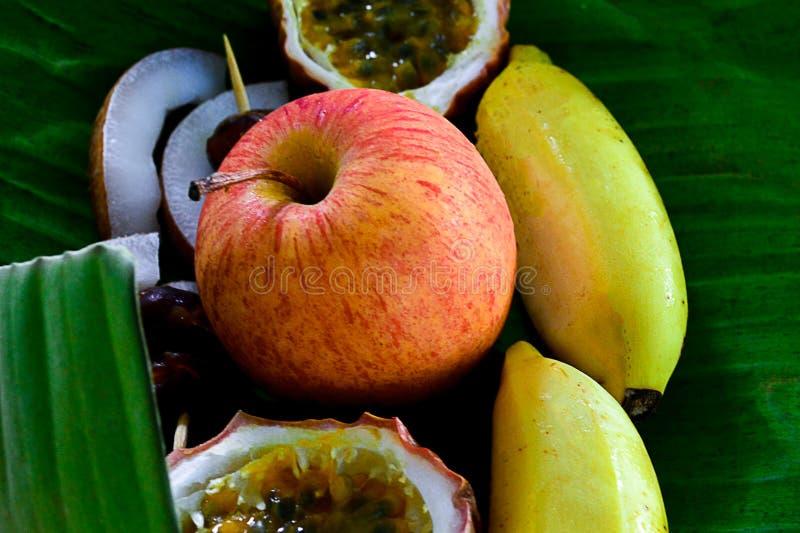 fruit, achtergrond, verse appel, groen, wit, aard, banaan, rood, de zomer, gezond voedsel, blad, rijpe kokosnoot, zoet, tropisch, stock foto