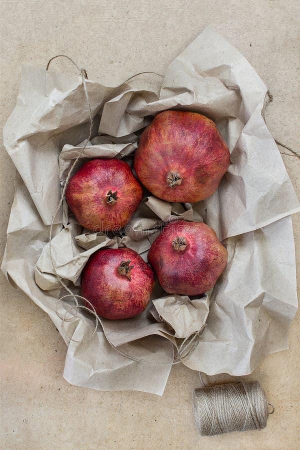 Fruit in ambachtdocument dat wordt verpakt stock foto's