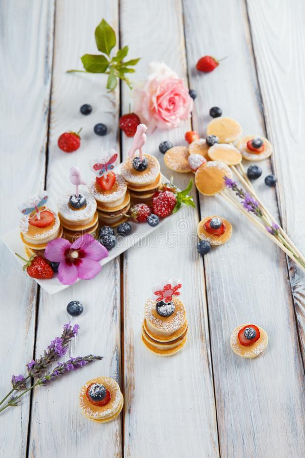 Fruit, bes en pannekoek canapes op witte houten lijst royalty-vrije stock foto's