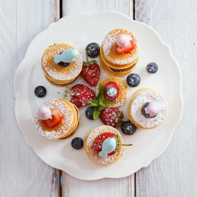 Fruit, bes en pannekoek canapesFruit, bes en pannekoek canapes op witte houten lijst royalty-vrije stock foto's