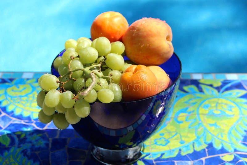Fruit in Blauwe Glaskom stock fotografie