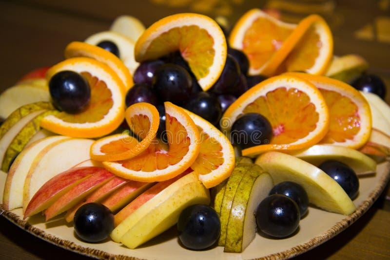 Fruit coupé en tranches et admirablement servi sur un plateau images libres de droits