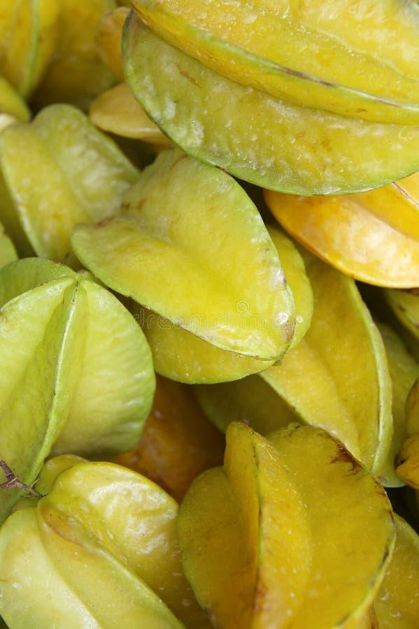 Fruit d'étoile jaune frais de carambolier au marché brésilien d'agriculteurs photo libre de droits