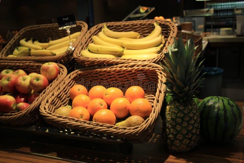 Fruit dans les paniers image stock