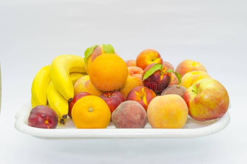 Fruit dans un plateau sur le blanc image stock