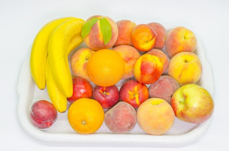 Fruit dans un plateau sur le blanc photo stock