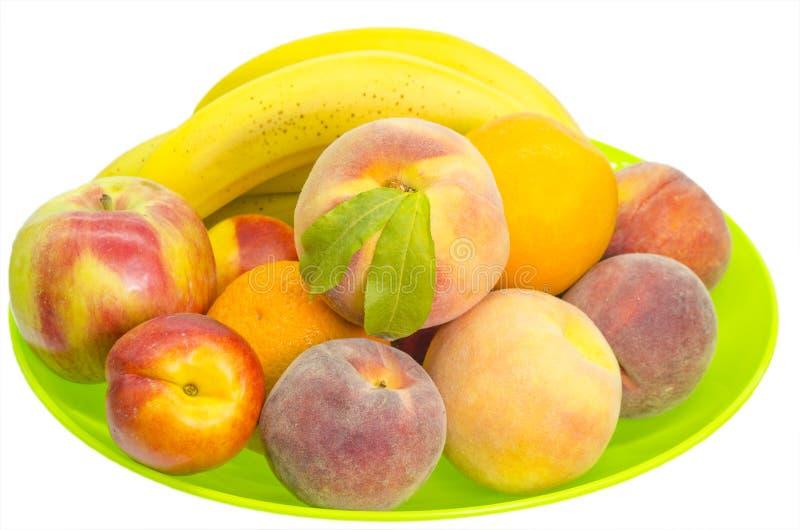 Fruit dans un plateau sur le blanc photo libre de droits