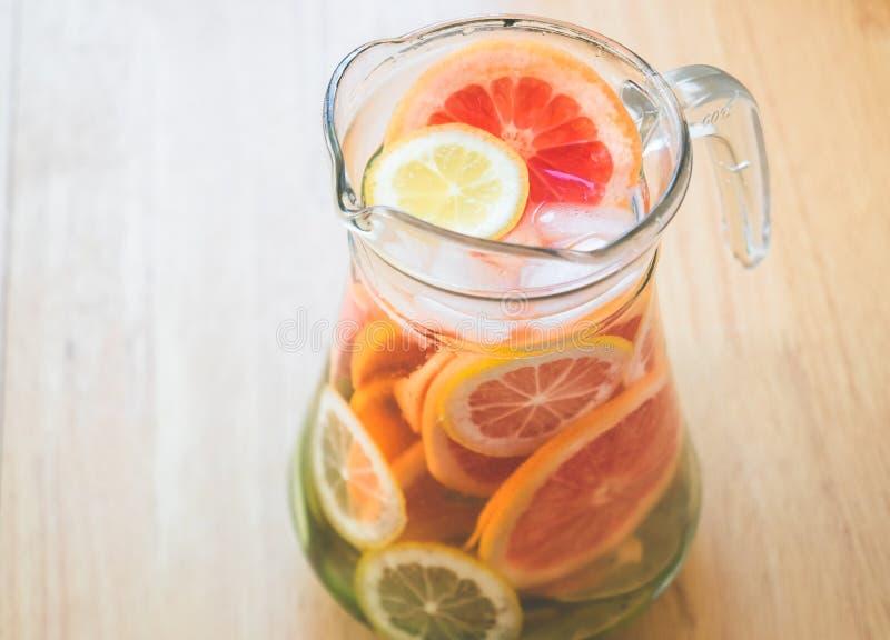 Fruit dans une cruche avec de l'eau l'eau douce photo stock