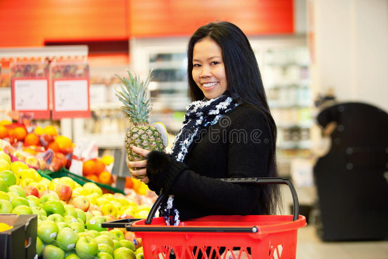Fruit de achat de femme asiatique image libre de droits