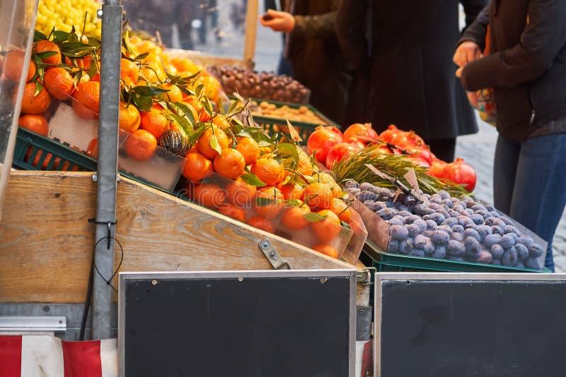 Fruit de achat de personnes d'un marchand ambulant photo stock