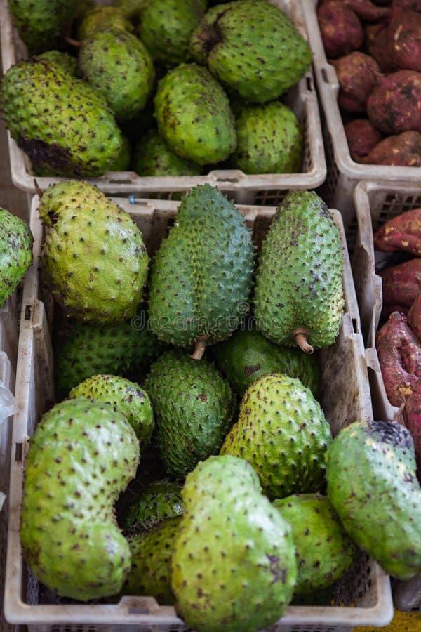 Fruit de corossol hérisse sur le marché asiatique, Bornéo photo libre de droits