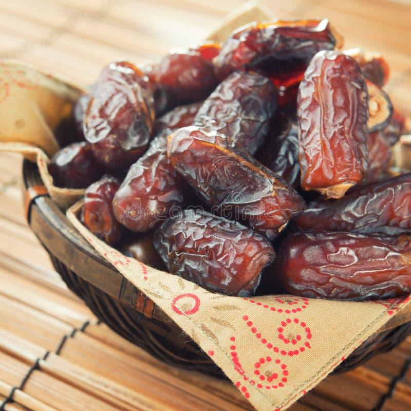 Fruit de dates dans le panier images libres de droits