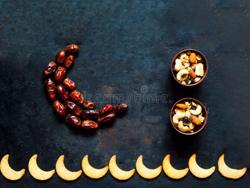 Fruit de dates disposé dans la forme du croissant de lune sur le fond rouillé en métal de cru photos stock
