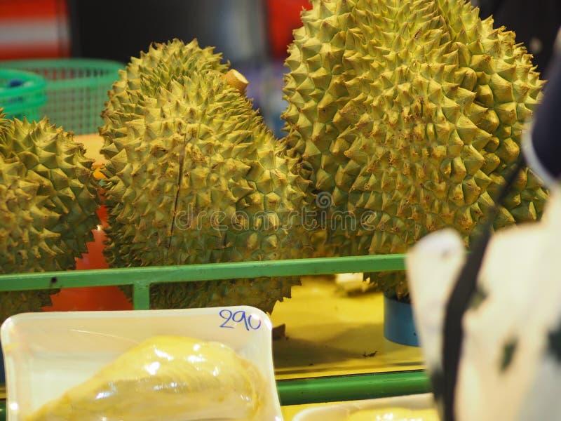 Fruit de durian avec la chair pointue d'écorce dans la couleur jaune douce images libres de droits