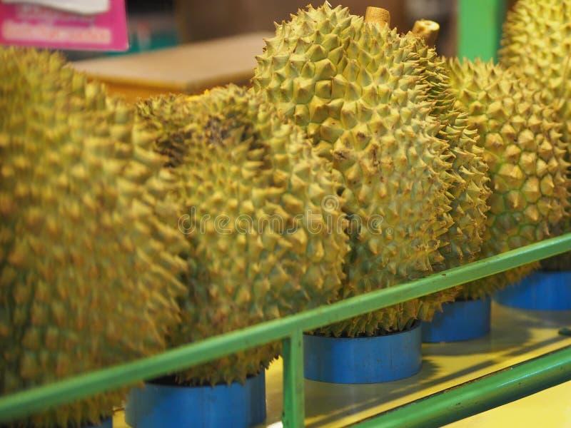 Fruit de durian avec la chair pointue d'écorce dans la couleur jaune douce photos libres de droits