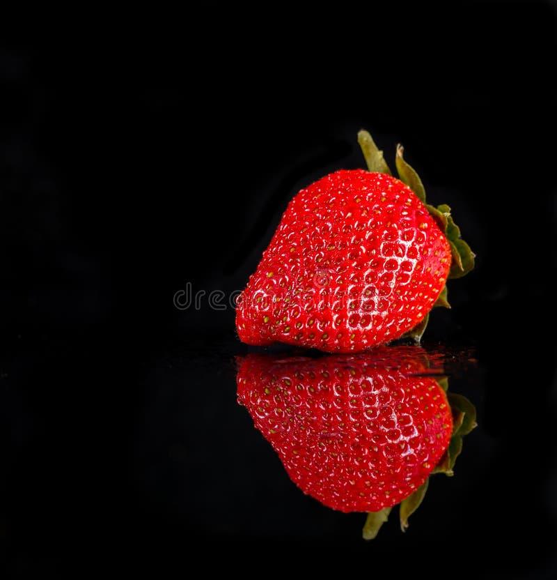 Fruit de fraise d'isolement sur le fond noir images libres de droits