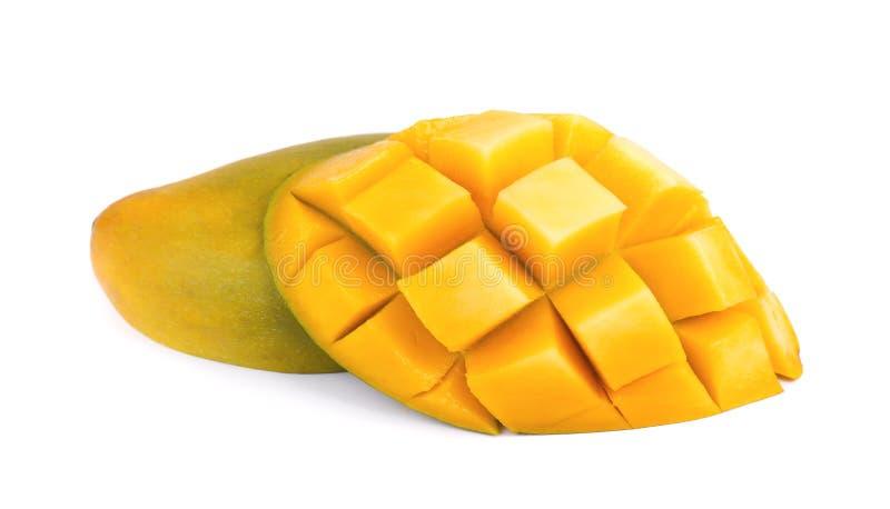 Fruit de mangue, cubes et tranches de mangue, d'isolement sur un fond blanc photographie stock