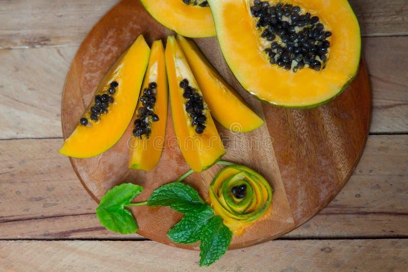 Fruit de papaye sur le fond en bois image stock