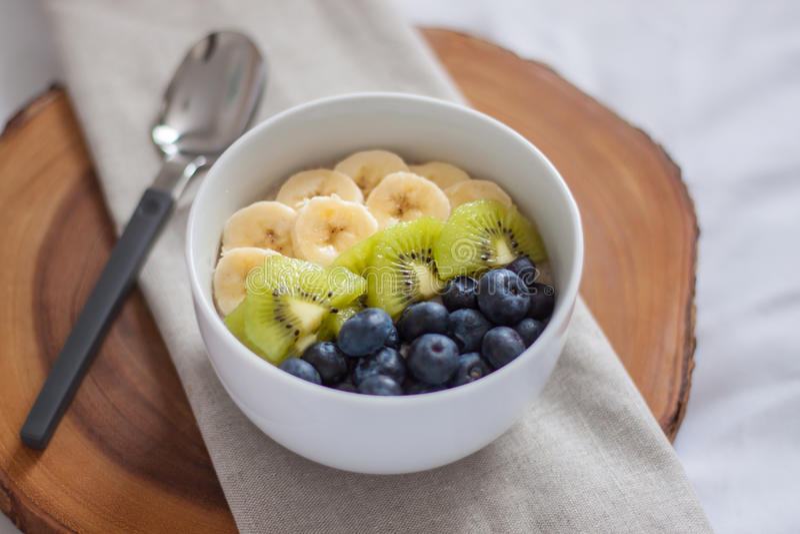 Fruit de petit déjeuner et bol de yaourt photographie stock libre de droits