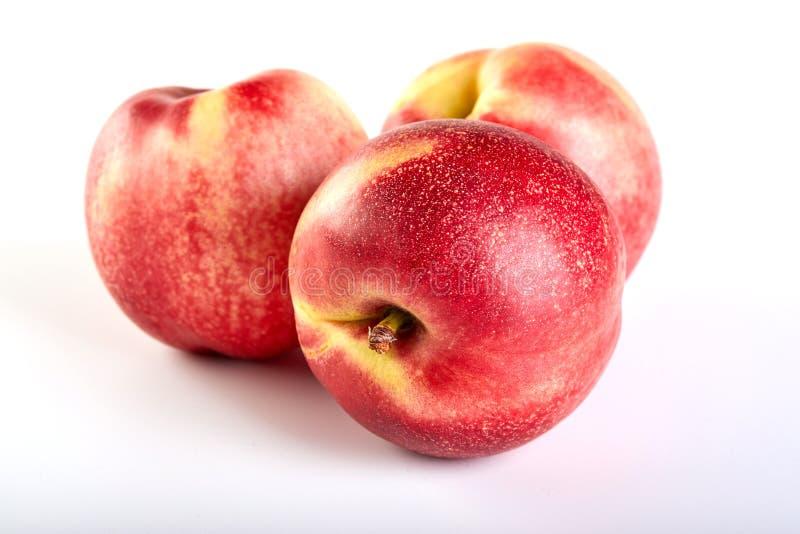 Fruit de trois nectarines d'isolement sur le blanc images libres de droits