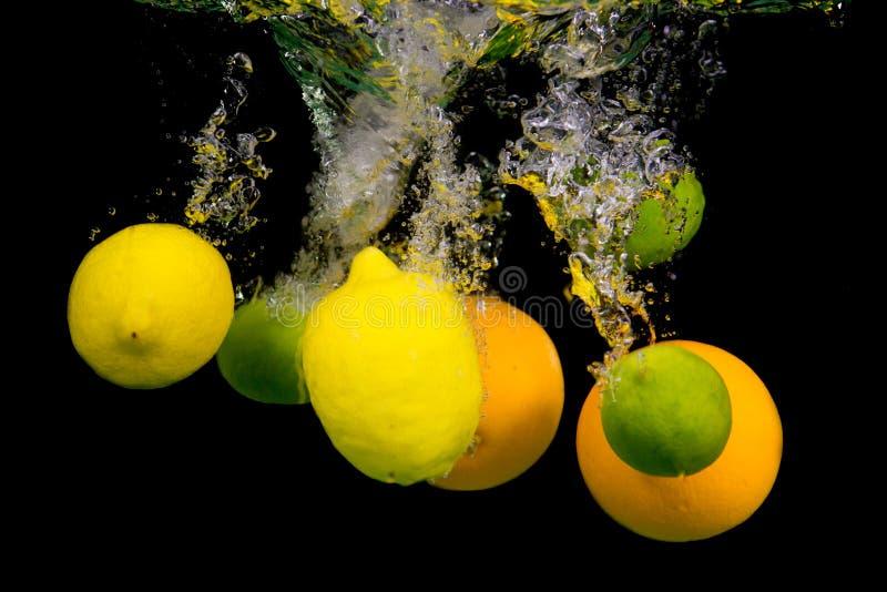 Fruit die in het water vallen royalty-vrije stock foto