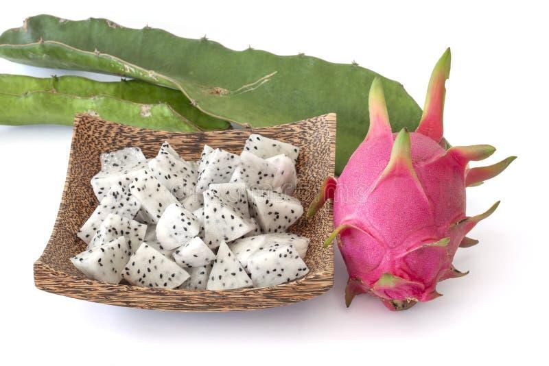 Fruit du dragon entier et coupé en tranches ou Pitaya de morceau dans le plat d'isolement sur le fond blanc image stock
