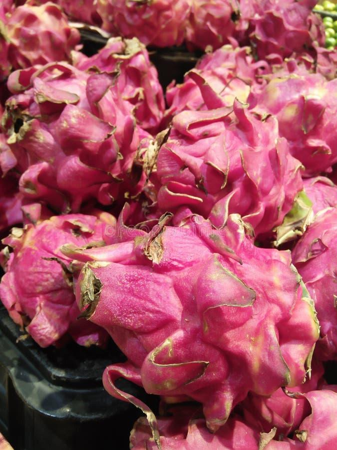 Fruit du dragon frais après avoir été refroidi sur un marché de fruit images libres de droits