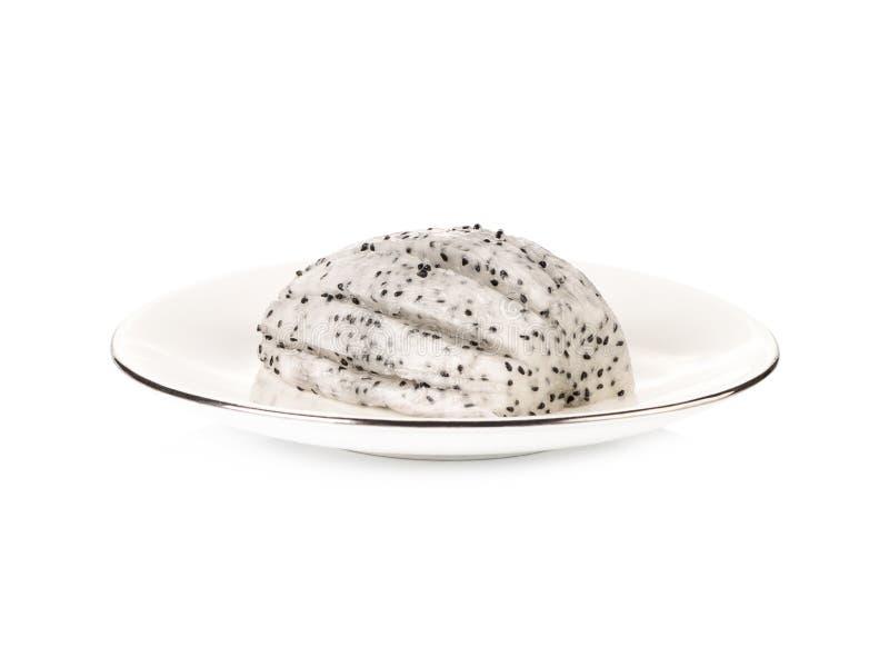 Fruit du dragon ou pitaya coupé en tranches dans le plat blanc photo libre de droits