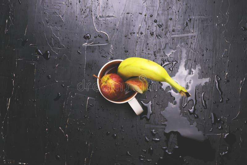 Fruit in een cirkel op een donkere achtergrond Concept verse sap en fruitthee royalty-vrije stock afbeelding