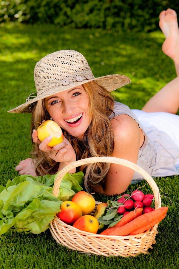 Fruit en groenten in de mand stock afbeelding