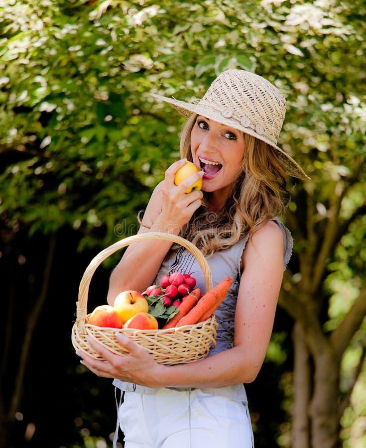 Fruit en groenten in de mand met zijn vrouw royalty-vrije stock afbeelding