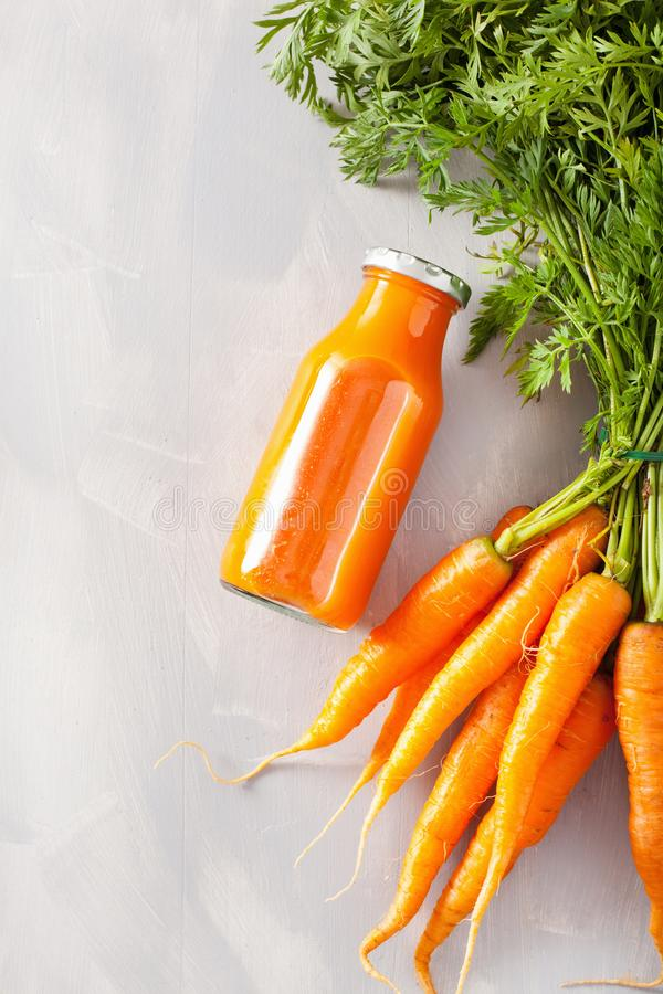 Fruit en plantaardige smoothie in glaskruik, oranje wortel stock afbeeldingen