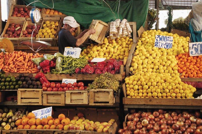 Fruit en plantaardige verkoper stock afbeeldingen