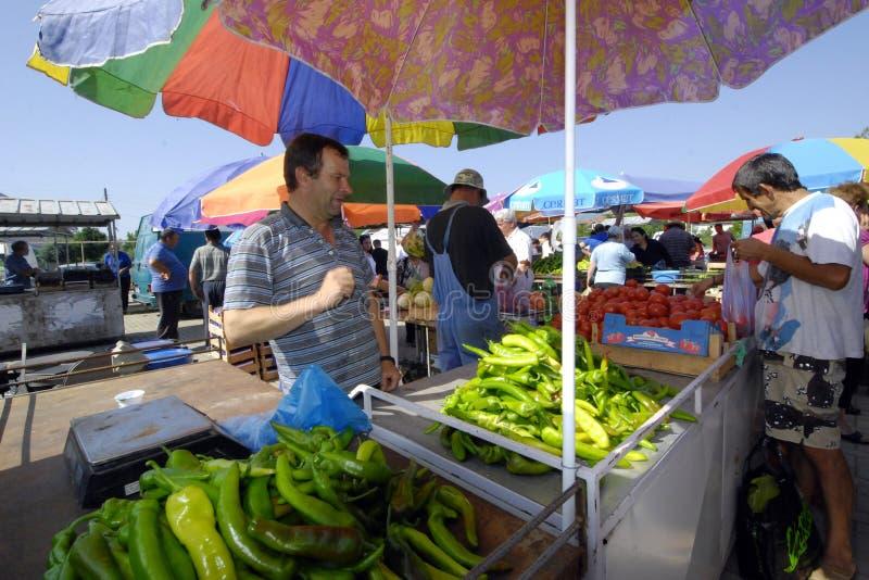 Fruit en plantaardige verkopers bij de markt stock fotografie