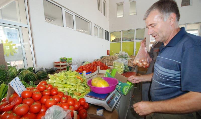 Fruit en plantaardige verkopers bij de markt stock foto