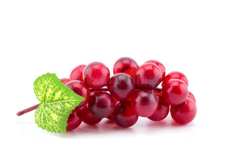 Fruit en plastique de raisin, décoré des feuilles artificielles photographie stock